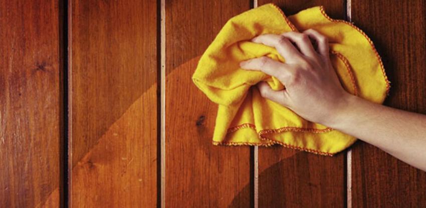 limpiando la madera con un pañp humedo