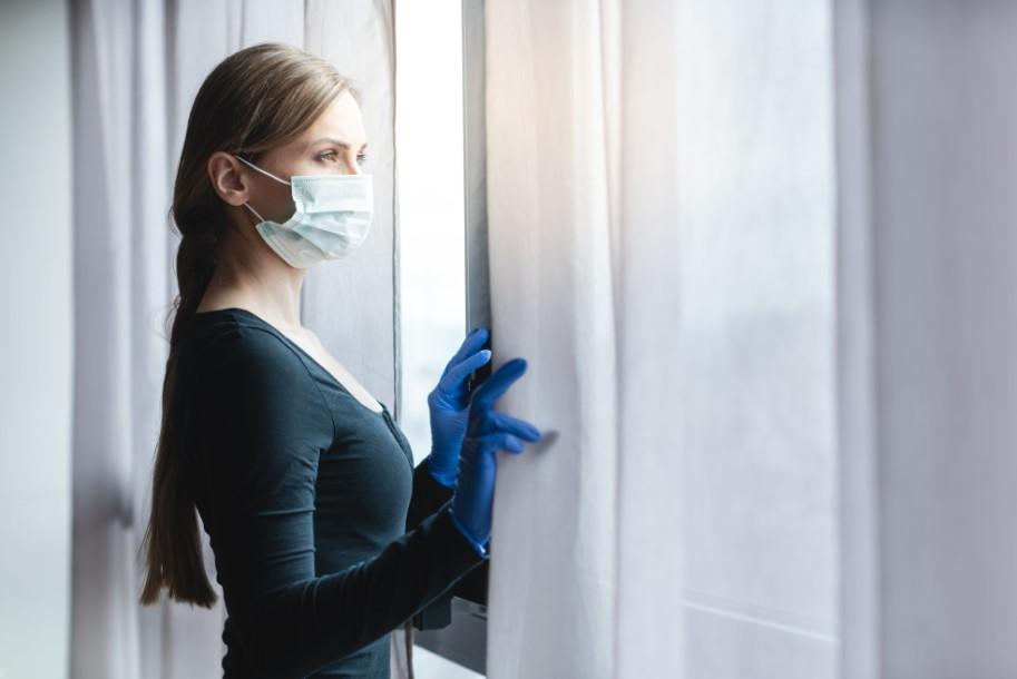 persona en cuarentena por coronavirus