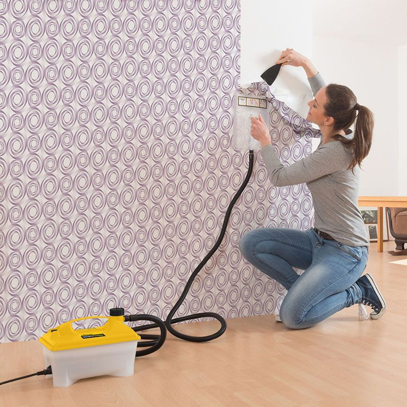 mujer quitando papel tapiz con vaporera